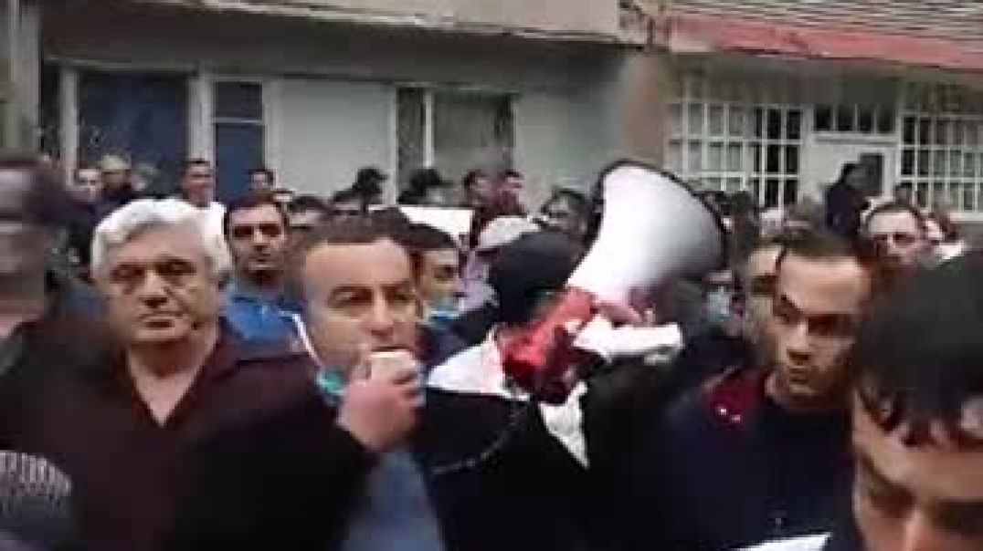 Հավաքված քաղաքացիները պահանջում են Սյունիքի մարզպետ Հունան Պողոսյանին