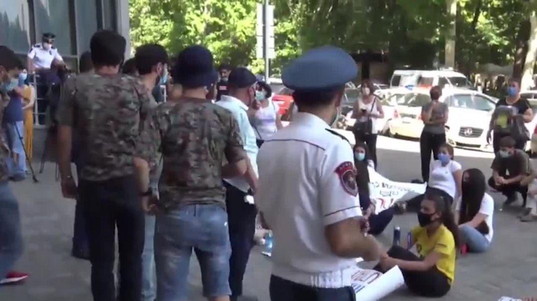 Չընդունված դիմորդների շուրջ 5 ժամ տեւած բողոքի ակցիան ավարտվեց «Հայոց մայրեր» երգով