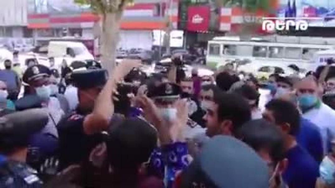 Միջադեպ դատարանի բակում. բռնի ուժով քաղաքացիներ են բերման ենթարկվում