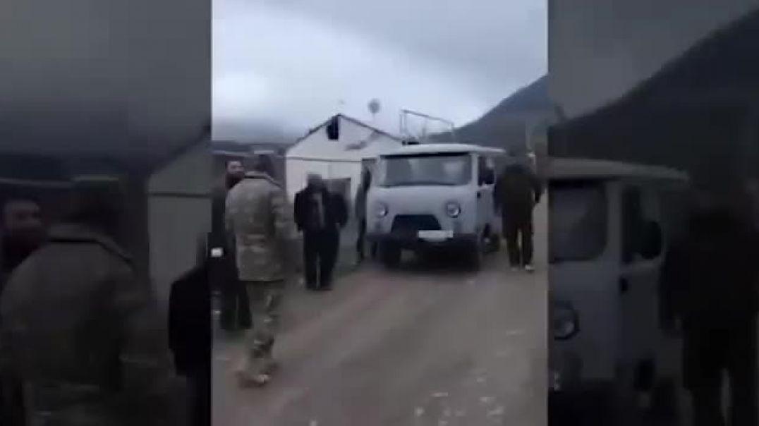 Տները լքող արցախցիները ստիպված ադրբեջանցիներին են խնդրում, որ թույլ տան տանել իրենց իրերը
