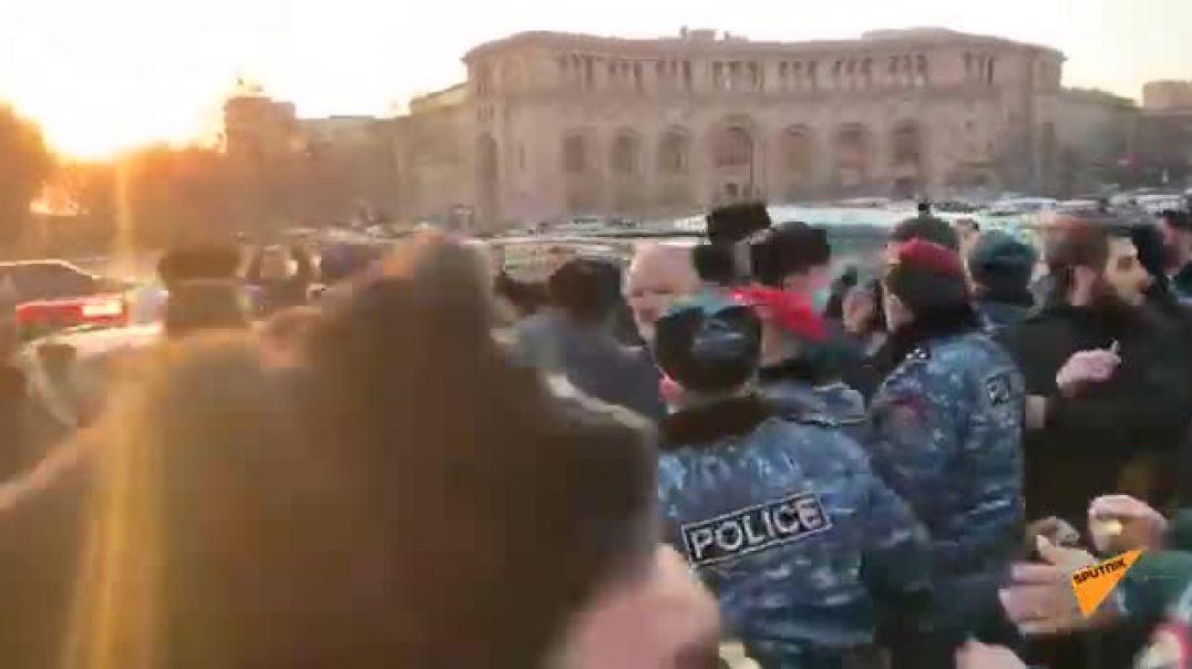 ՏԵՍԱՆՅՈՒԹ. Անհետ կորածների հարազատների ակցիայի մասնակիցներից մեկը շշով հարվածեց ոստիկանին.  Sputnik