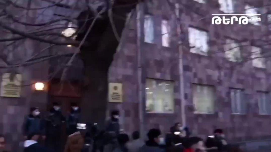 ՏԵՍԱՆՅՈՒԹ. Ընդդիմության երթի մասնակիցները ձվեր նետեցին ՀՔԾ–ի շենքի վրա