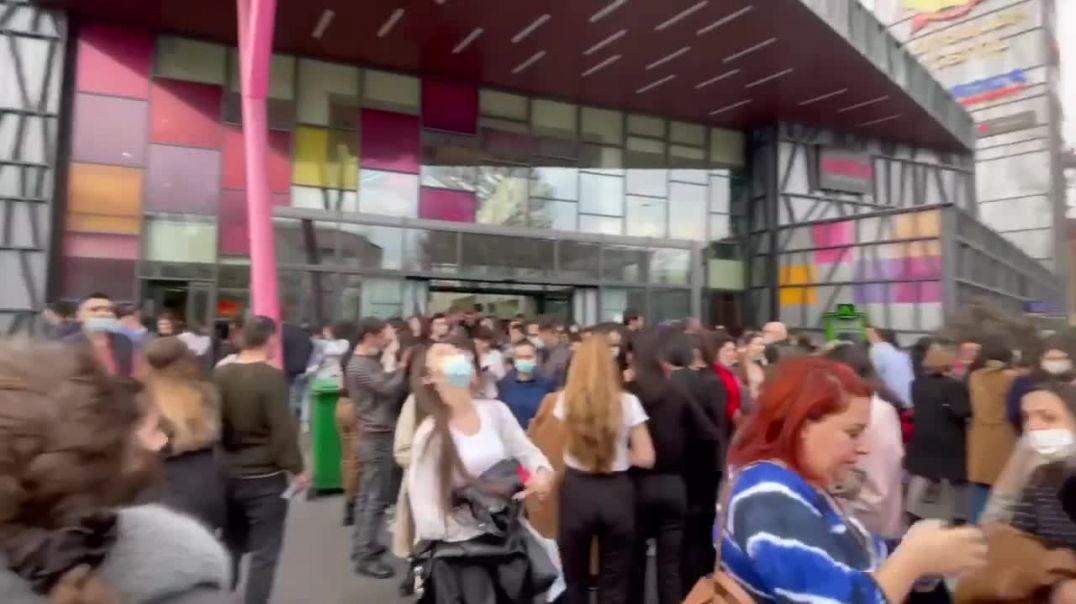 «Երևան մոլի» այցելուները դուրս են եկել շենքից