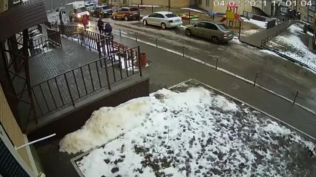 Վորոնեժի բնակիչը շենքից ընկել է նորածնի մանկասայլակի վրա. սարսափելի պահի տեսանյութը