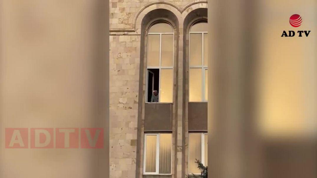 Հրայր Թովմասյանը ՍԴ-ի պատուհանից ողջունում է Փաշինյանի հրաժարականը պահանջողներին