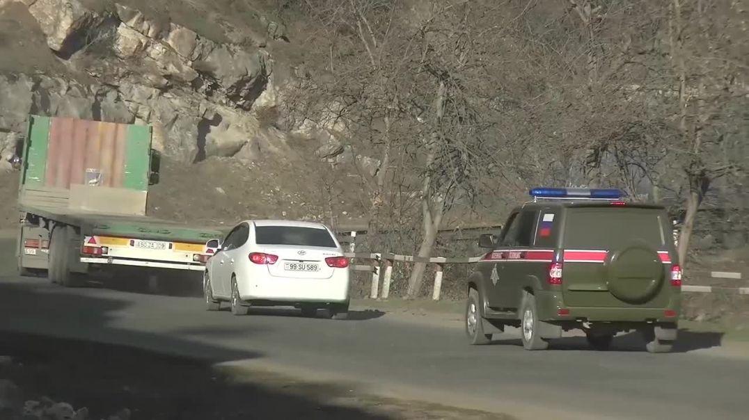 Сопровождение российскими миротворцами колонны техники в Нагорном Карабахе