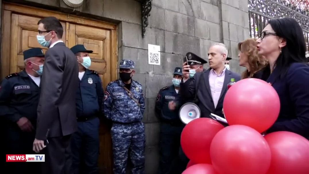 Բողոքի մասնակիցները թույլ չտվեցին նախարար Մեսրոպ Առաքելյանին մտնել Ազգային ժողով