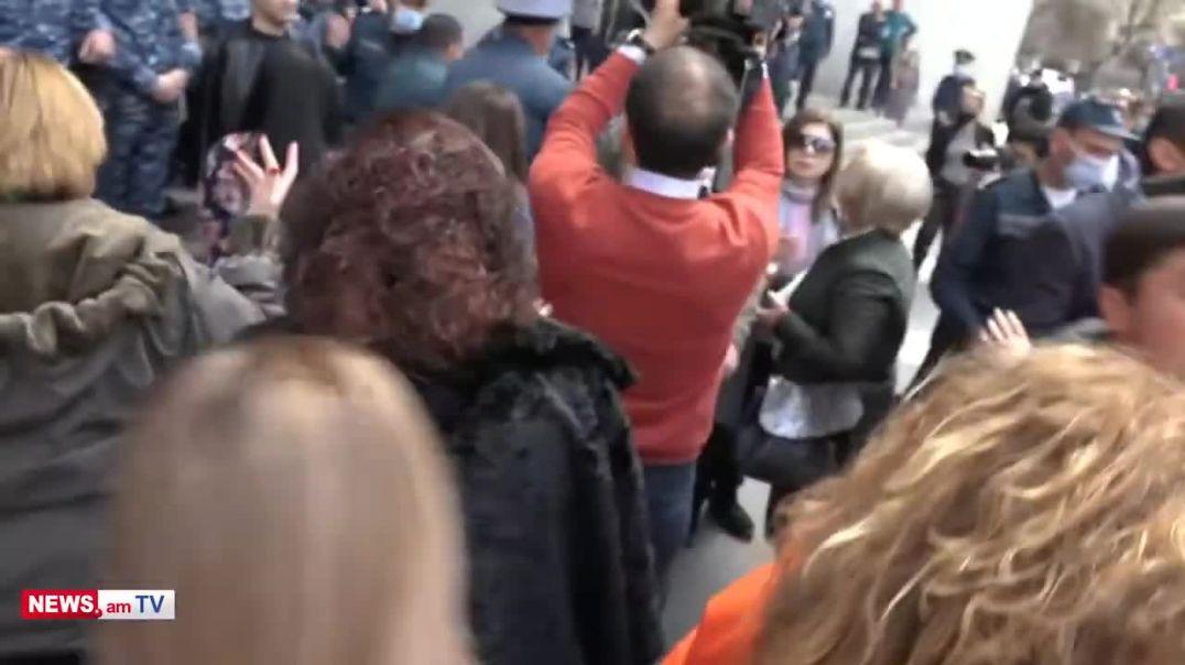 Ոստիկանները քարշ տալով և գրկելով բերման են ենթարկում ցուցարար կնոջը