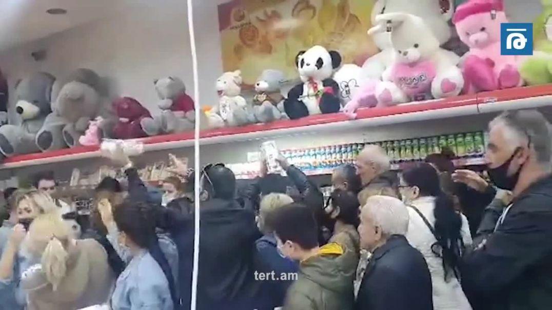 Քաղաքացիները հերթ են կանգնում երևանյան սուպերմարկետում` մեկ տուփ ձու գնելու համար