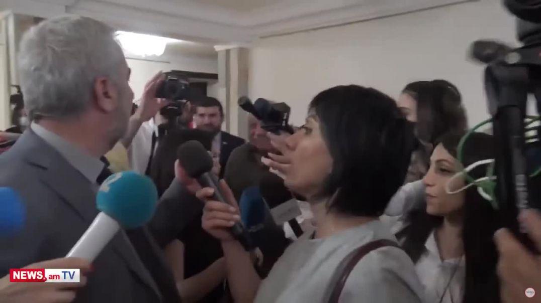 «Ես ատում եմ էս միկրոֆոնը». Անդրանիկ Քոչարյանը՝ լրագրողին