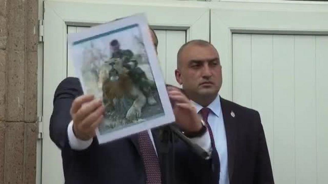 ՏԵՍԱՆՅՈՒԹ. Այս մարդը մասնագիտացած է՝ սատկած առյուծ քշելու մեջ. Փաշինյանը ցուցադրեց Քոչարյանի նկարը