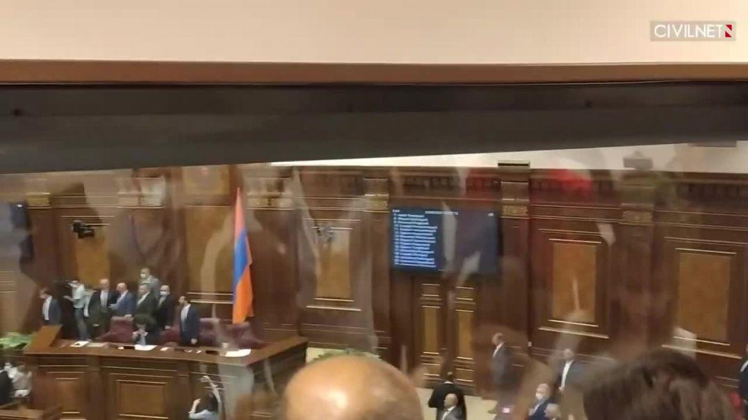 Անվտանգության աշխատակիցները հրմշտում են ԱԺ նիստը լուսաբանող լրագրողներին