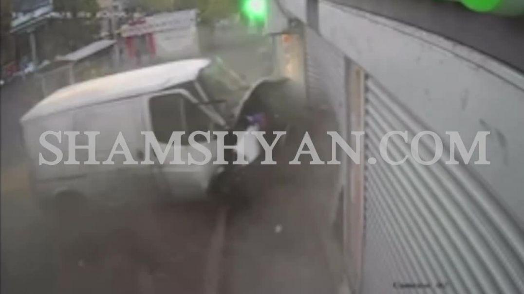 Տեսախցիկը արձանագրել է՝  ինչպես է Երևանում Ford-ը բախվում դեղատան և խաղալիքների սրահի դռներին